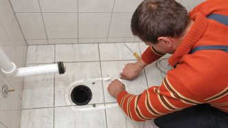 خارج کردن اشیاء قیمتی از درون لوله فاضلاب و توالت